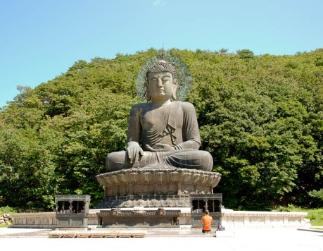 Giant Buddha near the entrance in Outer Seorak.
