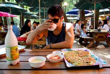 We enjoyed haemul pajeon and makgeolli after the hike.